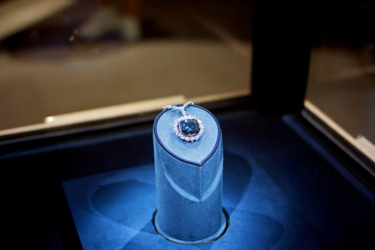 【都市伝説】「これを手にした者は必ず……」伝説の青いダイヤモンドが怖すぎる